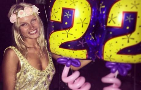 רק בת 22, אלכסה דול חוגגת יום הולדת