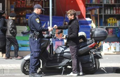 פפראצי: שוטר עוצר את עפר שכטר