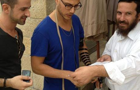 פפראצי: אסי עזר והחבר החדש בכותל