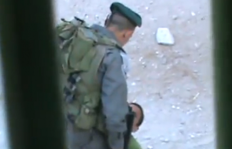 """צפו: שוטר מג""""ב בועט בילד פלסטיני"""
